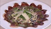Ломтики сыровяленой говядины с соусом