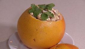 Салат из морепродуктов в грейпфруте