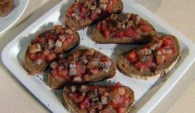 Бутерброды с помидорами и селедкой