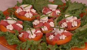 Салат из хурмы с подкопченной семгой
