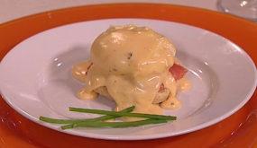 Яйца «Бенедикт» с копчёной форелью и голландским соусом