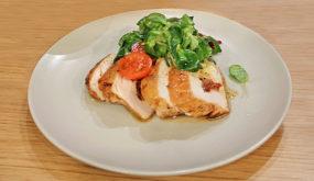 Фаршированная запеченная куриная грудка с моцареллой и томатами