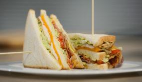 Клаб-сэндвич с хрустящим беконом и глазуньей