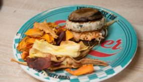 Портобелло бургер из индейки с йогуртом и чили капустой