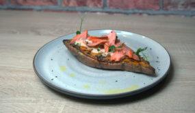 Запеченный батат с начинкой из копченого лосося